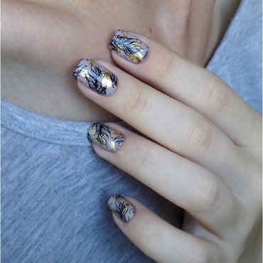 Feather nails with gold accent nail art by barbrafeszyn