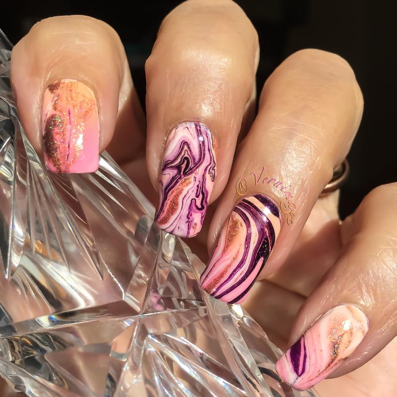 Random watermarble over gradient nail art by Vernimage