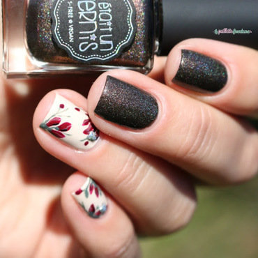 red flowers in the sun nail art by nathalie lapaillettefrondeuse