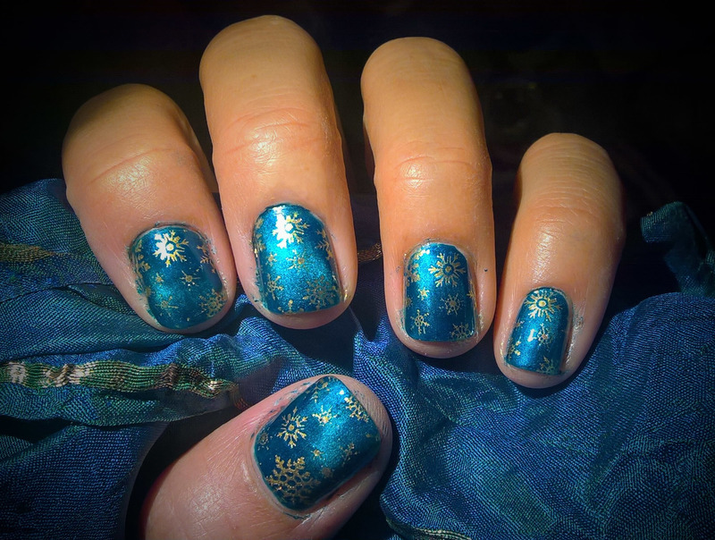 Magnetic Blue and Golden Snowflakes nail art by Avesur Europa