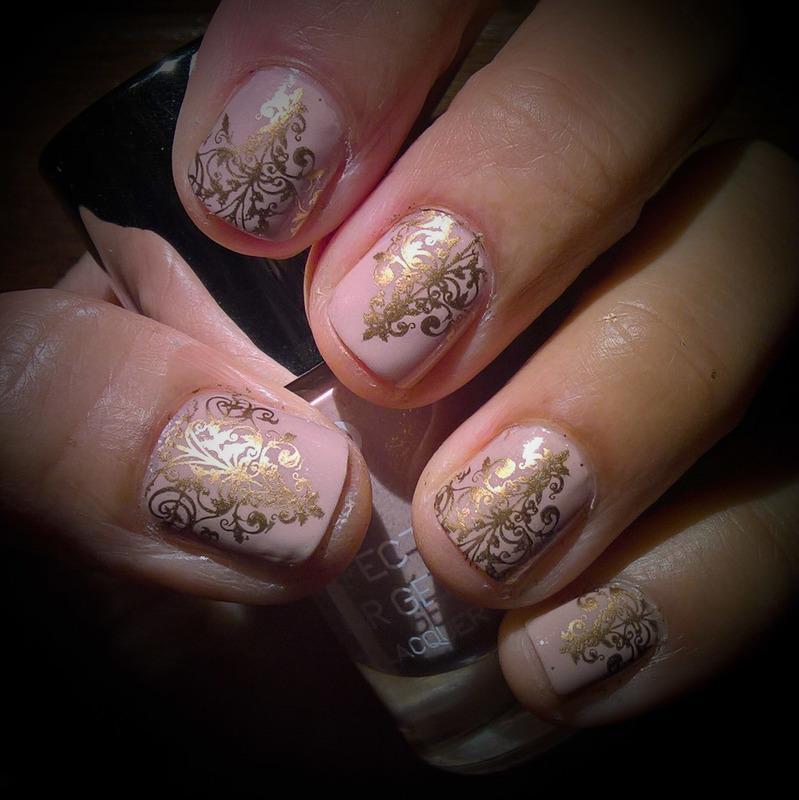 Discrete Nude & Gold nail art by Avesur Europa