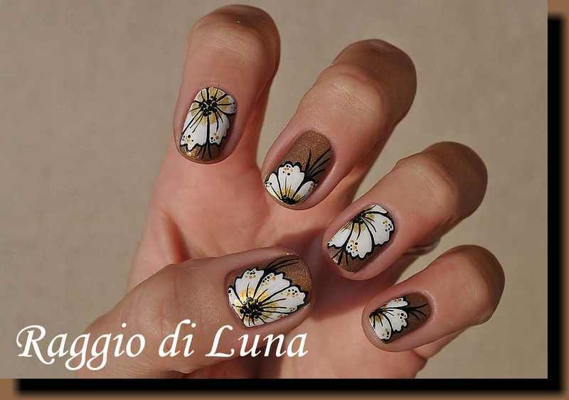 White flowers on glimmer nail art by Tanja