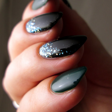 Black, green, glitter nail art by Yenotek