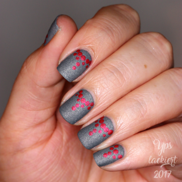matte Dots with a tiny Shimmer nail art by die Yps lackiert