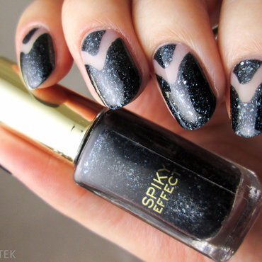 Dark blue and negative space nail art by Yenotek