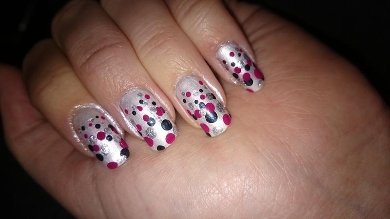 Shrinking dots nail art by Sabina Salomonsson