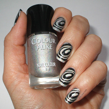 Op art nail art by only real nails.