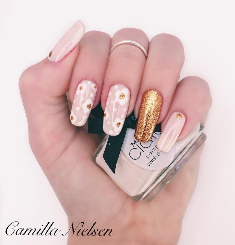 Glod Flower nail art by Camilla Nielsen