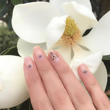 Minimalist Nail art  nail art by Happy_aries