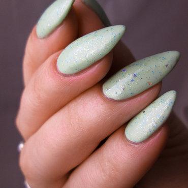 Pistachio green + glitter nail art by Yenotek