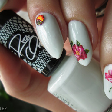 Mint with flowers nail art by Yenotek