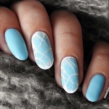 Blue, frosty design with white shadows nail art by Kasia