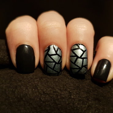 Shattered glass-ish look with a dark contrast nail art by Emmelie Slotboom