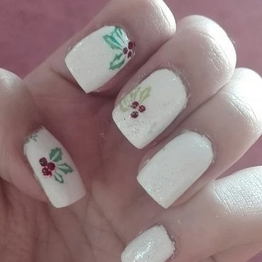 Christmas holly with sparkle nail art by Daisyq