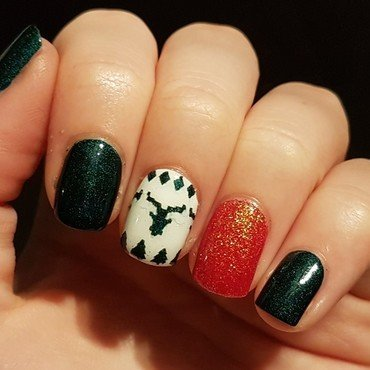 Christmas nails with an ugly sweater accent nail nail art by Emmelie Slotboom