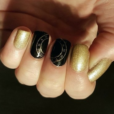 Simple, elegant New Year's Eve mani nail art by Emmelie Slotboom