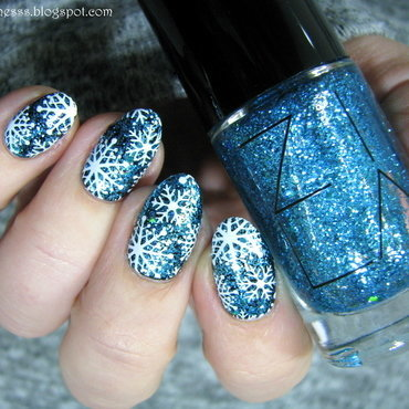 Sparkling snowflakes nail art by Nail Crazinesss