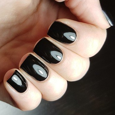 Essence Black is back Swatch by Emmelie Slotboom