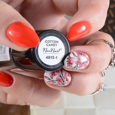 Red flowers nail art by Jadwiga