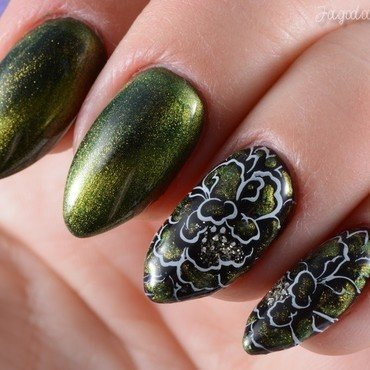 Green cat eye nail art by Jadwiga