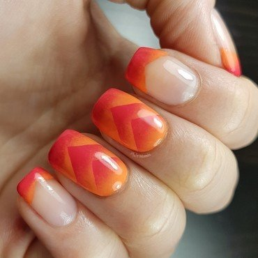 Summery scaled gradient and french tip nail art by Emmelie Slotboom