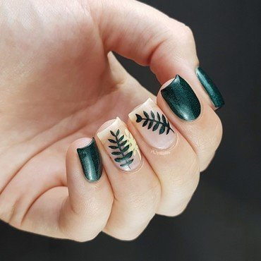 Green leaves on bare nails nail art by Emmelie Slotboom