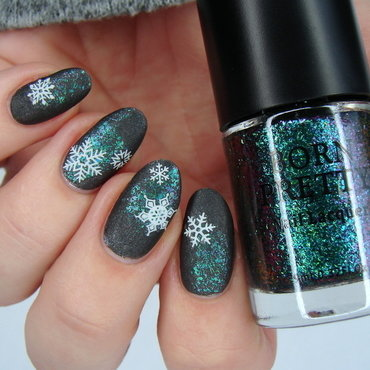 Flakie snowflakes nail art by Nail Crazinesss