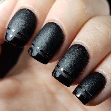 Matte and shiny black nails nail art by Emmelie Slotboom