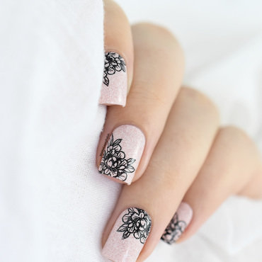 Soft floral nail art by Marine Loves Polish