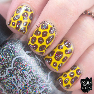 Yellow glitter giraffe pattern nail art 4 thumb370f