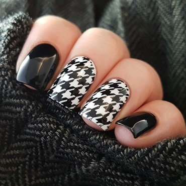 Black and white houndstooth pattern nail art by Emmelie Slotboom