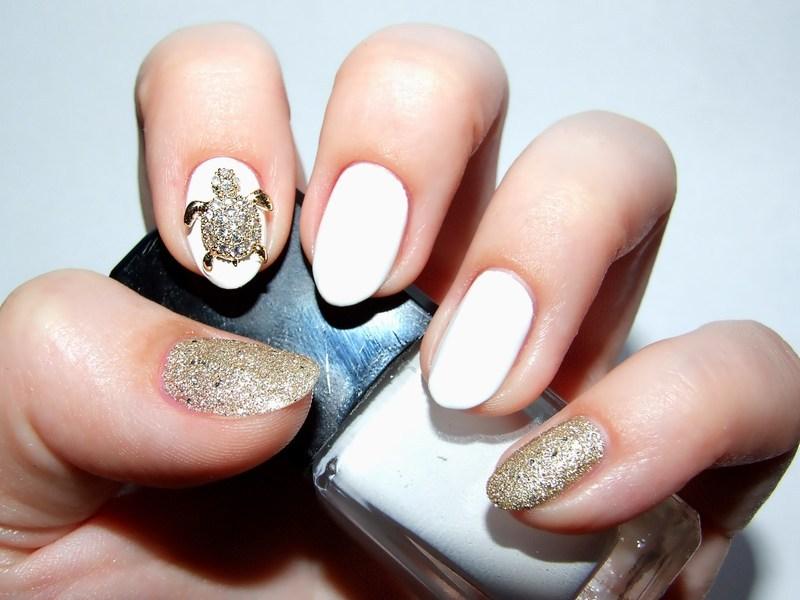 Golden turtle nail art by Paulina Domoradzka
