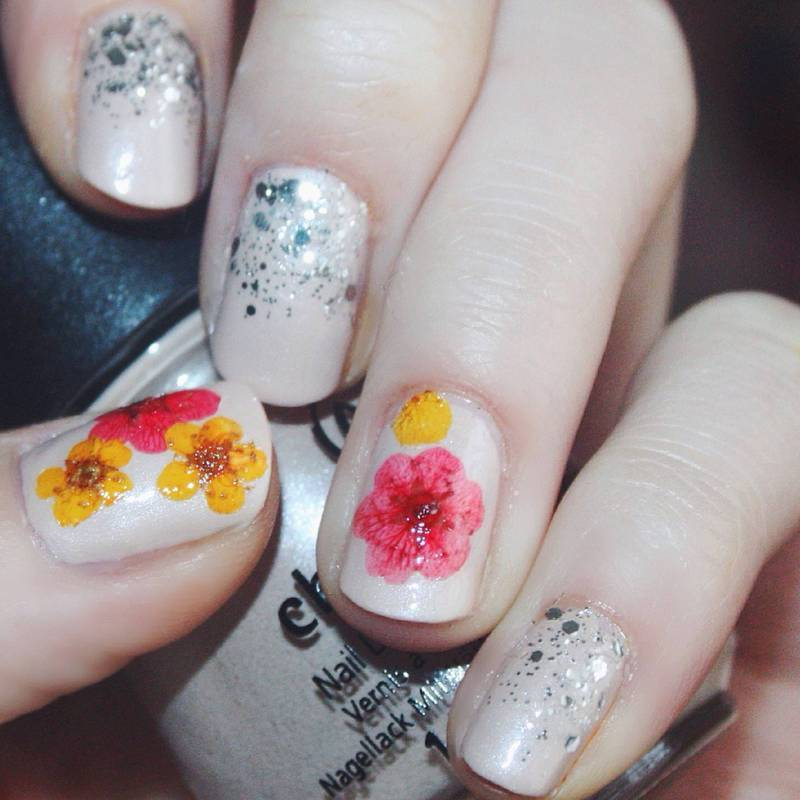 Nude Glitter Gradient and Dried Flowers nail art by Anya Qiu ...